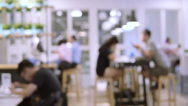blurred motion of people in restaurant blur background - rozmazanie ruchu filmów i materiałów b-roll