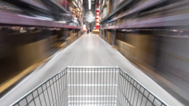 suddig rörelse med shopping i snabbköpet av vagn. timelapse 4k hyperlapse - dagligvaruhandel, hylla, bakgrund, blurred bildbanksvideor och videomaterial från bakom kulisserna