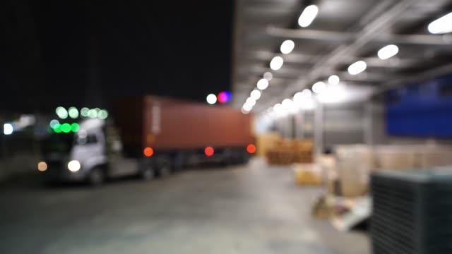Brouillé de camion transporte le récipient est stationnement dans l'entrepôt avant la nuit - Vidéo