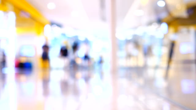 vídeos de stock e filmes b-roll de blurred people walking in shopping center - office background