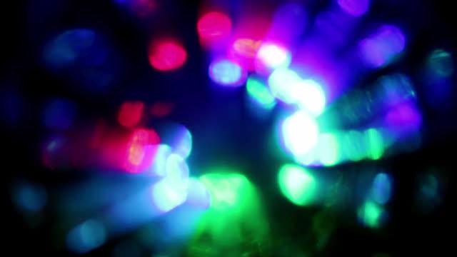 vídeos de stock, filmes e b-roll de as várias cores borradas de luzes conduzidas intensas piscam e piscam. - clubbing