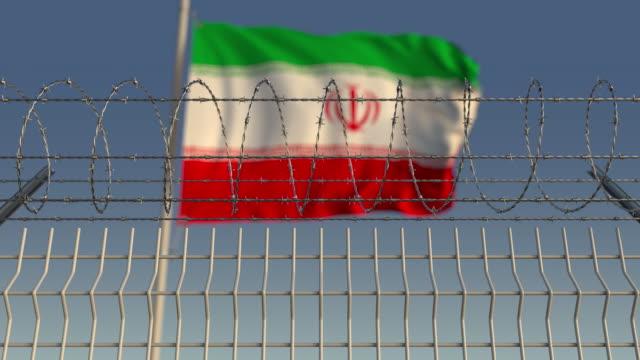 鐵絲網后揮舞伊朗國旗的模糊揮舞 - 伊朗 個影片檔及 b 捲影像
