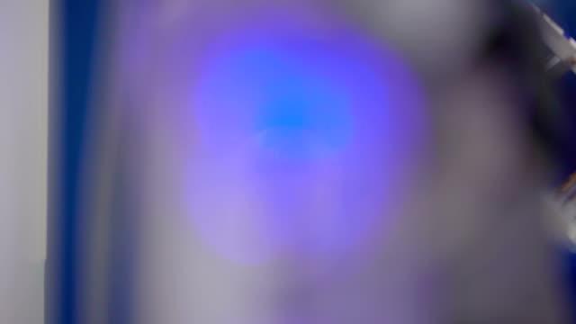 verschwommenen effekt der blaue lichter in der maschine - pflicht stock-videos und b-roll-filmmaterial
