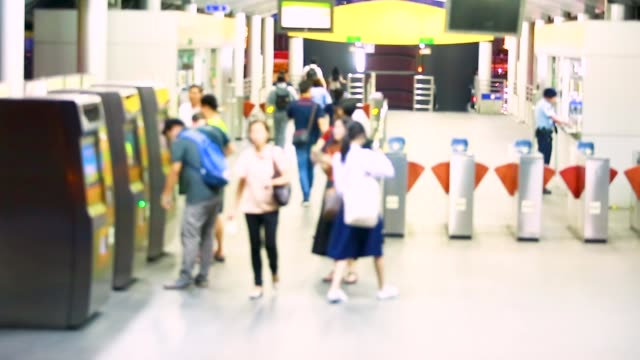 sfocatura di molte persone pagano la tariffa dell'autobus con il bancomat o chiosco in stazione - fare video stock e b–roll
