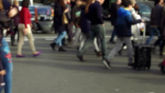 걷기는 모호한 보행자 - 방관적인 사람들 스톡 비디오 및 b-롤 화면