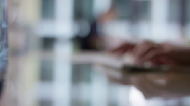 suddiga skott av eleganta händer att skriva på tangent bordet - oskarpt fokus bildbanksvideor och videomaterial från bakom kulisserna