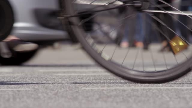 stockvideo's en b-roll-footage met wazig schot van zonnige en drukke weg - oversteekplaats