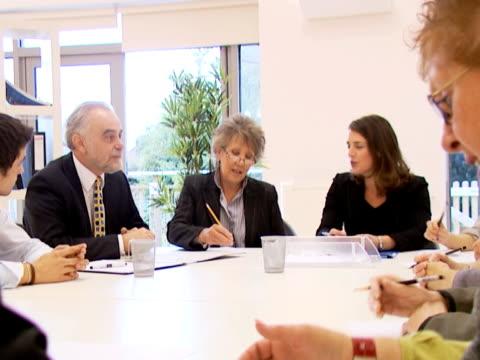boardroom aussprache - weibliche führungskraft stock-videos und b-roll-filmmaterial
