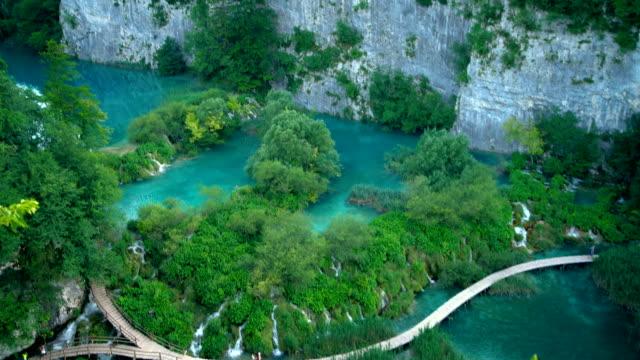 boardwalk on waterfalls , plitvice lakes , croatia - национальный парк плитвицкие озёра стоковые видео и кадры b-roll