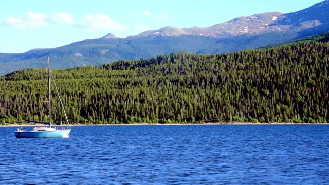 boot anker werfen sie sich in der mitte des twin lakes mountain vista auf das wasser - kiefernwäldchen stock-videos und b-roll-filmmaterial