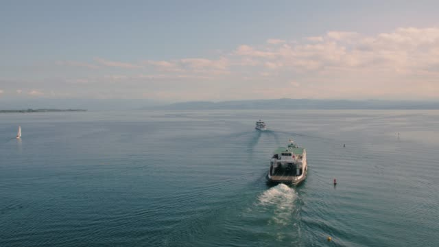 gölde tekne ve feribot yelken - okyanus gemisi stok videoları ve detay görüntü çekimi