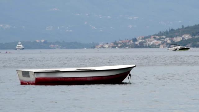 "boat at sea,  ""bay of kotor""  (""boka kotorska""), montenegro - спокойная вода стоковые видео и кадры b-roll"