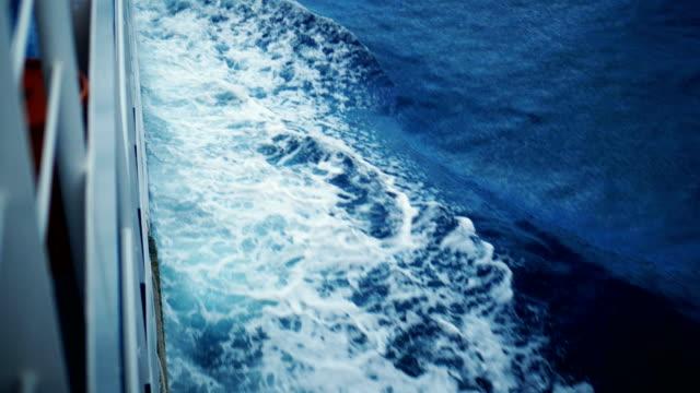 stockvideo's en b-roll-footage met boot maakt het schuim op het oppervlak van de zee - cruise
