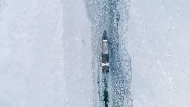 båtfloat på ytan av en frusen bajkal. resekoncept vinterlandskap - polarklimat bildbanksvideor och videomaterial från bakom kulisserna