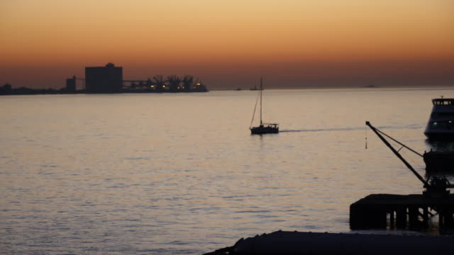 vídeos de stock e filmes b-roll de boat floating at beatiful sunset - ponte 25 de abril
