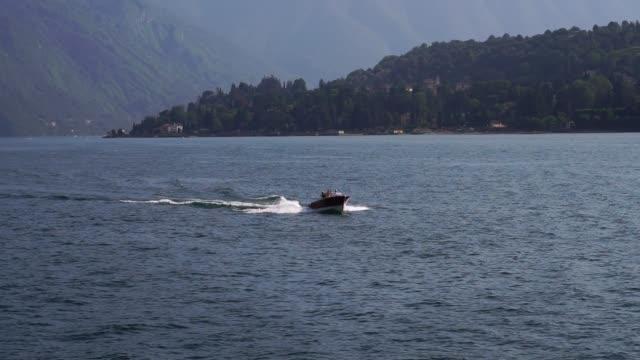 boat from bellagio, lake como. alp mountains. - lombardia video stock e b–roll