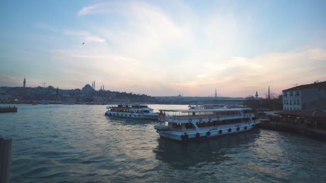 vídeos y material grabado en eventos de stock de barco en estambul - distrito eminonu