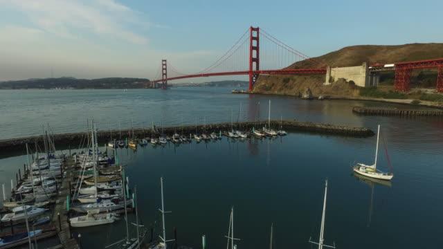 stockvideo's en b-roll-footage met boot jachthaven en de golden gate bridge in san fransisco - baai