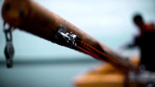 båt masten med rep och tunnband - flod vatten brygga bildbanksvideor och videomaterial från bakom kulisserna