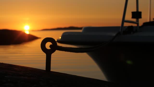 vídeos de stock e filmes b-roll de boat moored to an island - arquipélago