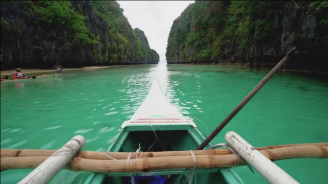 vídeos y material grabado en eventos de stock de barco hacia adelante a una isla tropical con rocas, palawan, filipinas - filipinas