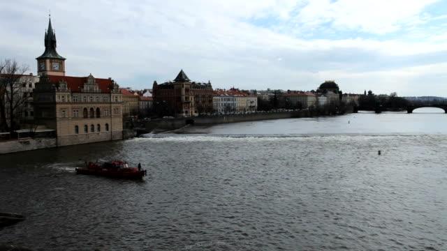 배죠 on 프라하 강 - home 스톡 비디오 및 b-롤 화면