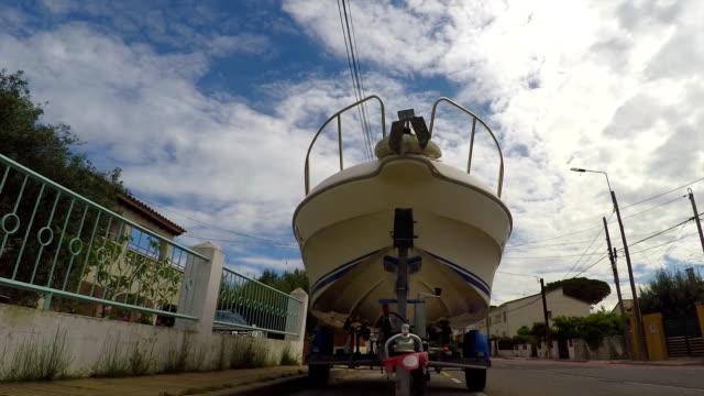 vídeos de stock e filmes b-roll de boat parked on the street - puxar