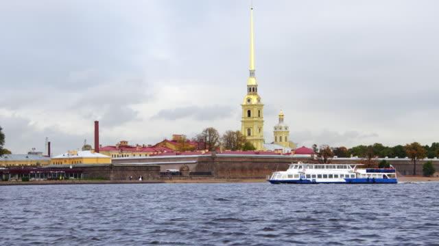vídeos de stock, filmes e b-roll de barco passando fortaleza são petersburgo rússia - campeonato esportivo