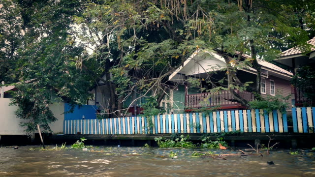 лодка любительская видео съемка мимо риверсайд вмещает в тропический пейзаж - burma home do стоковые видео и кадры b-roll