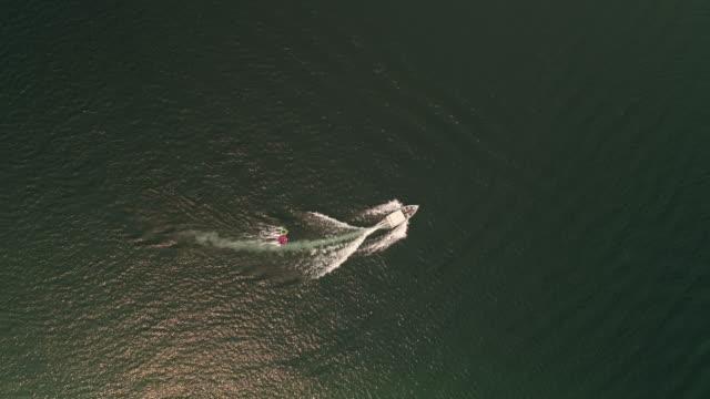 インナー チューブ オーバーヘッド空中角度の子供を引っ張るボート ビデオ