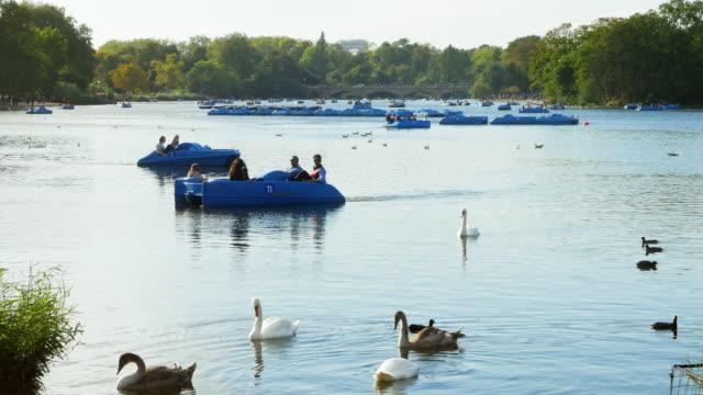 Boot Reiter auf dem Serpentine Lake im Hyde Park London (UHD – Video