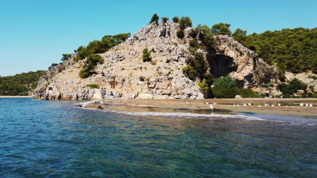 łódź wędrująca na plaży iztuzu, dalyan - morze egejskie filmów i materiałów b-roll