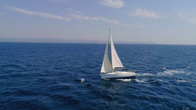 vídeos de stock, filmes e b-roll de barco / voilier - veículo aquático