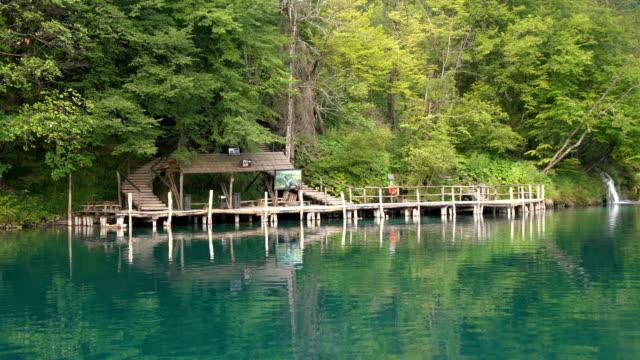 boat travel in plitvice lakes, croatia - национальный парк плитвицкие озёра стоковые видео и кадры b-roll