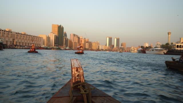 boat trip on the dubai creek - tradycja filmów i materiałów b-roll