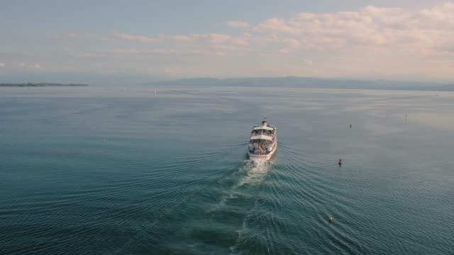gölde yelken turistler ile tekne - okyanus gemisi stok videoları ve detay görüntü çekimi