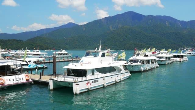 vídeos de stock e filmes b-roll de boats at the lake of famous attraction, sun moon lake at taiwan in nantou county, taipei, - vela desporto aquático