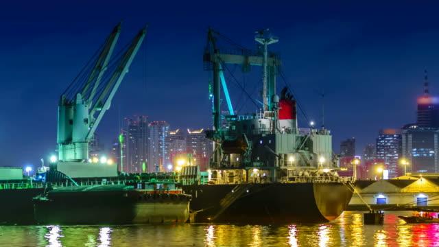 imbarcazioni portare sabbia lavora davvero vicina? - rimorchiatore video stock e b–roll
