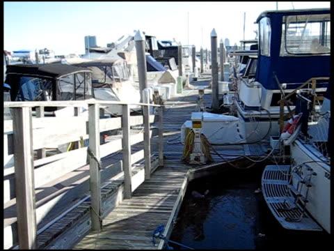 vídeos y material grabado en eventos de stock de barcos reproducido en el muelle - anclado
