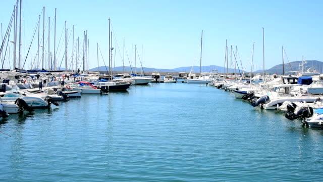vídeos de stock, filmes e b-roll de porto de barcos em alghero. sardenha, itália - marina