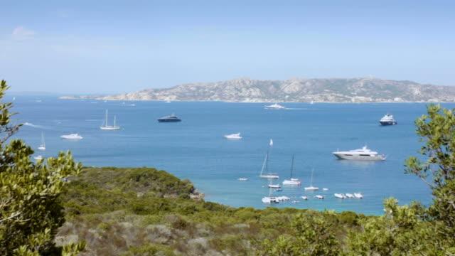 imbarcazioni dell'arcipelago della maddalena, sardegna, italia - arcipelago video stock e b–roll