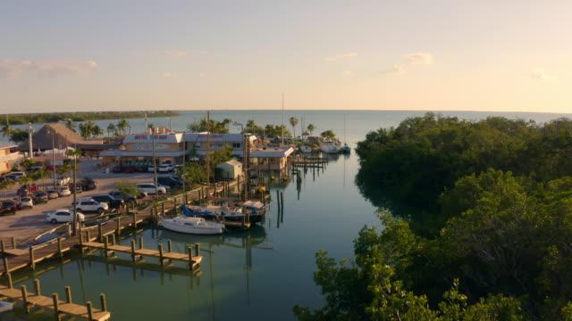 vídeos de stock, filmes e b-roll de ws boats ancorado em sunny harbor, florida keys, key west, flórida, eua - marina