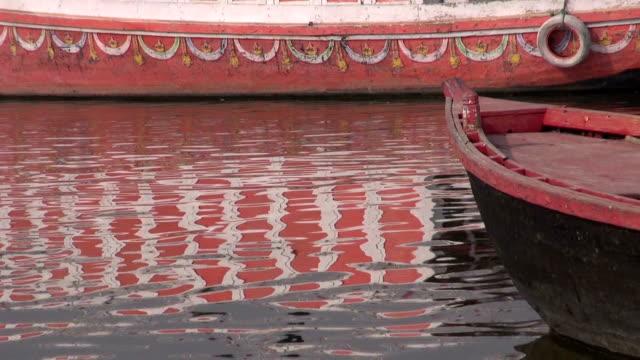 łodzie na rzeka ganges w sacred indyjskiego miasto varanasi - ghat filmów i materiałów b-roll