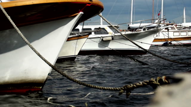 vídeos y material grabado en eventos de stock de embarcaciones en el puerto - anclado