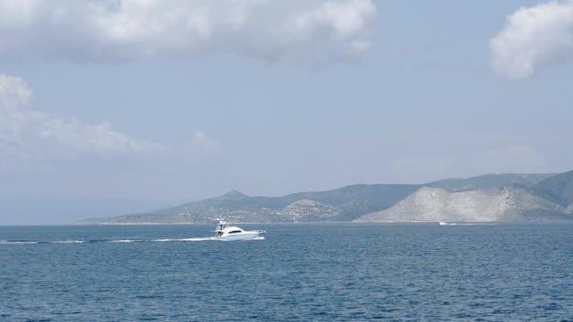 vídeos y material grabado en eventos de stock de embarcaciones en el fondo de la isla - anclado
