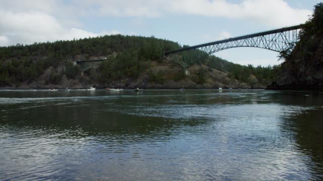 船在欺騙通道橋下航行,華盛頓威德貝島和菲達爾戈島之間的部分多雲日 - 州立公園 個影片檔及 b 捲影像