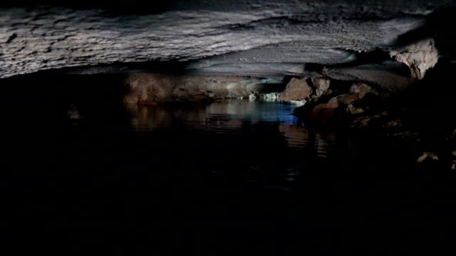 boats traveling through the caves - sottosuolo video stock e b–roll