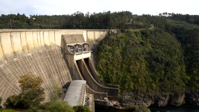 vídeos de stock e filmes b-roll de bode dam castle in portugal - barragem portugal
