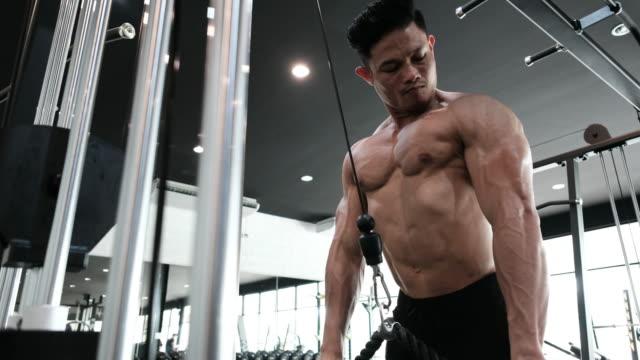 stockvideo's en b-roll-footage met body builder is de uitoefening van - menselijke spier