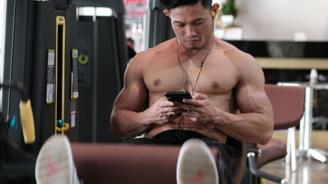 stockvideo's en b-roll-footage met body builder is been oefenen - menselijke spier